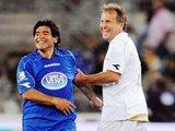 """AFP/""""Scanpix"""" nuotr./Futbolo legendos Zico ir Maradona kertais trenerio kostiuma iškeičia į žaidėjų aprangą"""