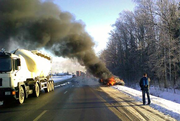 Po susidūrimo BMW sudegė nepataisomai