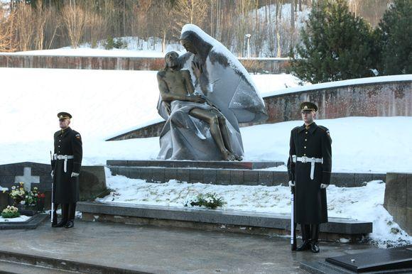 Gėlių padėjimo ant žuvusiųjų Laisvės gynėjų kapų Antakalnio kapinėse ceremonija.