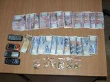 Tauragės policijos nuotr./Policijos aptikti narkotikai ir pinigai