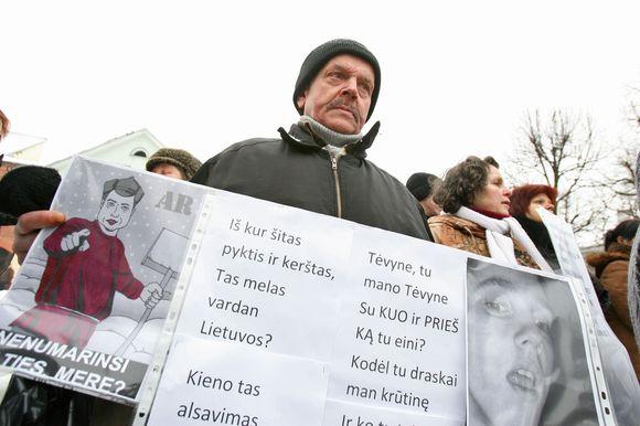 Prie savivaldybės susirinkę protestuotojai reikalavo neatimti Partizanų gatvėje esančiose patalpose įkurto dienos centro.