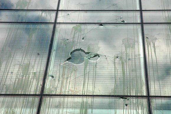 Seimas apmėtytas, dalis langų išdaužta.