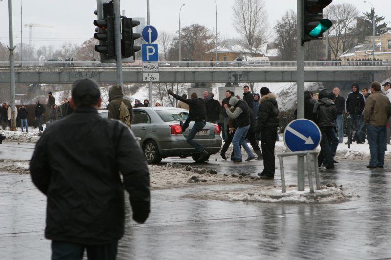 Riaušininkai žiauriai sudaužė važiuojantį automobilį.