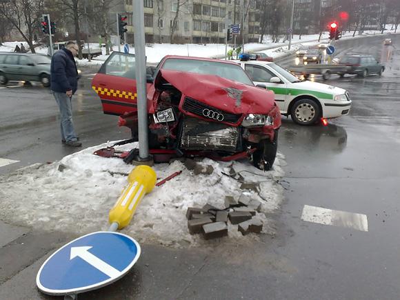 Avarija Vilniuje. Sudaužytas taksi automobilis
