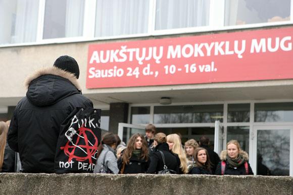 Aukštųjų mokyklų mugėje Kaune pora dešimčių universitetų, akademijų ir kolegijų prisistato būsimiems studentams, 2009-01-24.