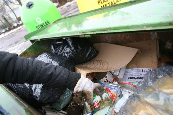 ) Buitinių atliekų surinkėjai tvirtina, kad didžioji dalis supirktuves pasiekiančios stiklo taros ar duženų atkeliauja iš atliekų konteinerių.