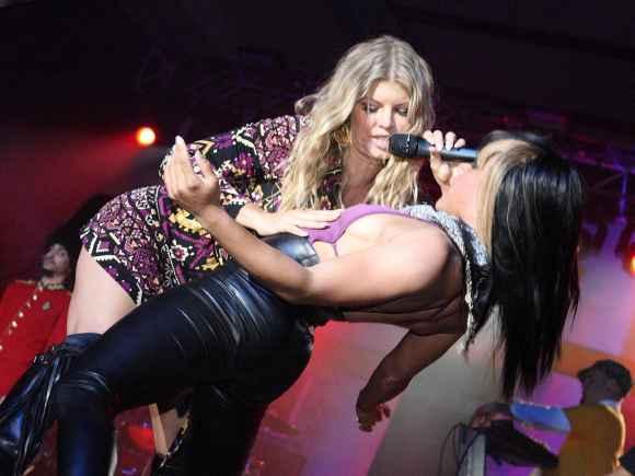 Fergie pasirodymo Bahamuose metu glamonėjo moterį.