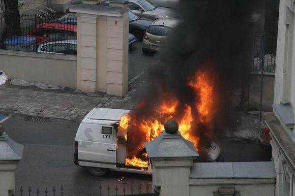 Vilniuje sudegė inkasatorių automobilis.
