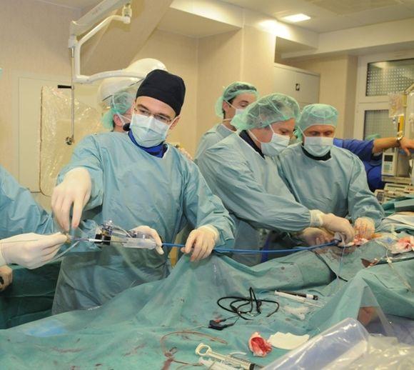 Prof. A.Aidietis, gyd. V.Bilkis, gyd. G.Bieliauskas aortos vožtuvo per kateterį implantavimo metu.