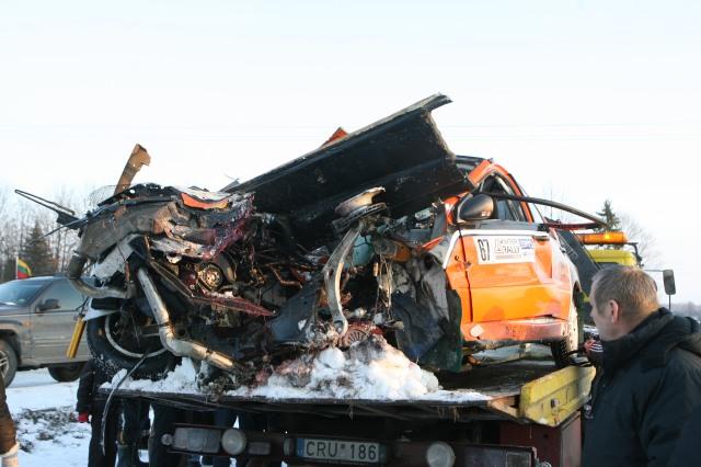 Latvių ekipažo automobilis po avarijos.