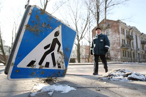 Nulaužtų ir suniokotų kelio ženklų galima surasti ne tik atokesniuose Kauno rajonuose, tačiau netgi ir centrinėse gatvėse.