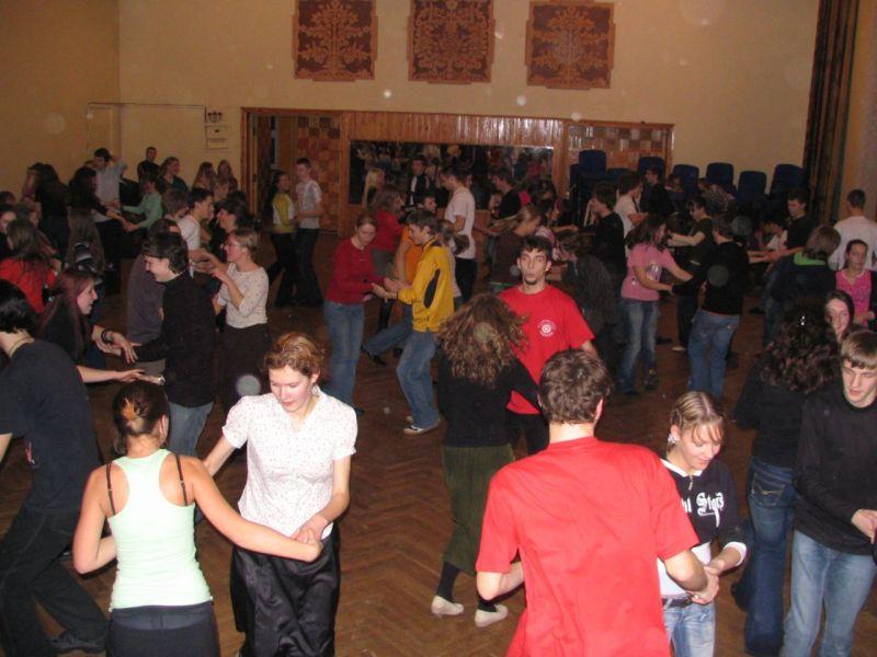Vis dažniau tradiciniai šokiai pavilioja jaunimą.