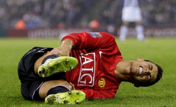 Ronaldo pamėgo gulinėti ant žaliosios vejos ne vien rungtynių metu...