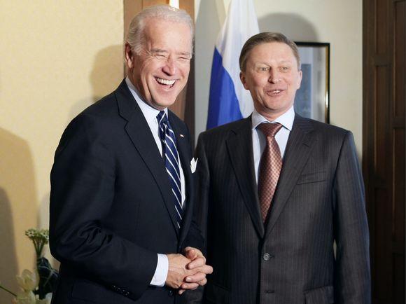 JAV viceprezidentas Joe Bidenas (kairėje) ir Rusijos vicepremjeras Sergejus Ivanovas