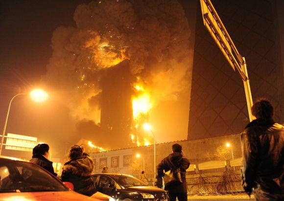 Liepsnos pasiglemžė vieną didžiausių Pekino dangoraižių.