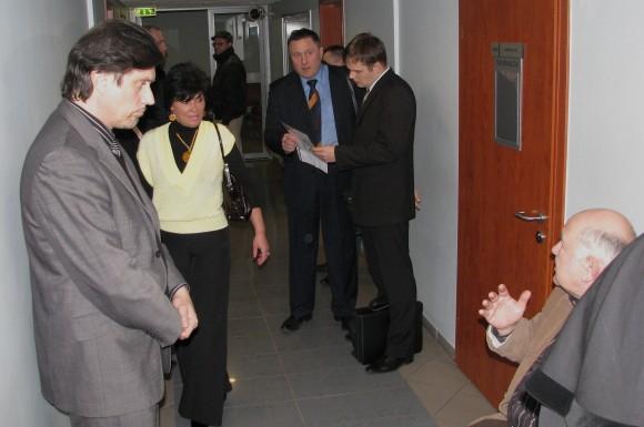 Profesorius D.Katkus (sėdi dešinėje) jau prieš posėdį spėjo pabendrauti su R.Šarkiene (ateina), kuri įtariama siuntusi grasinimą maestro V.Juozapaičiui (stovi kairėje).
