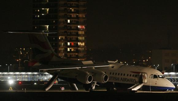 Lėktuvui besleidžiant lūžo važiuoklė