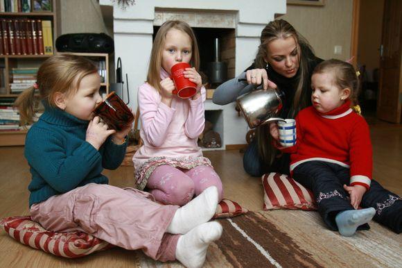 ) Klaipėdoje  gyvena apie 1200-1300 daugiavaikių šeimų.