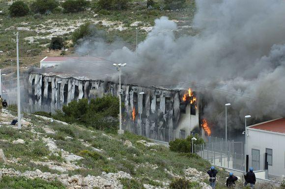 Italijos saloje kilo susirėmimai tarp migrantų ir policijos.