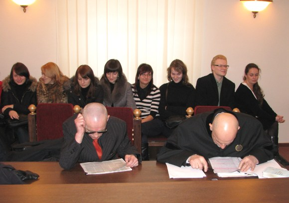 V.Lučiūnas (kairėje) ir advokatas K.Čilinskas įtemptai ruošėsi posėdžiui, kurį stebėti panoro penkiolika studentų.
