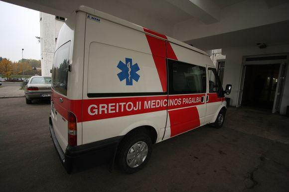 Kaip įtariama, motinos sugyventinio sumuštą berniuką greitosios pagalbos medikai išgabeno į ligoninę.