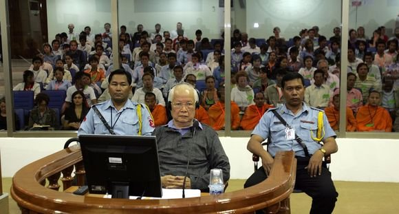 """AFP/""""Scanpix"""" nuotr./Vergesas teisme gynė K.Samphaną, pagarsėjusį raudonųjų khmerų žudiką"""