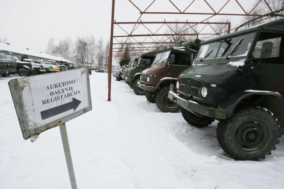 Aukcione parduodama kariuomenės nebenaudojama technika.