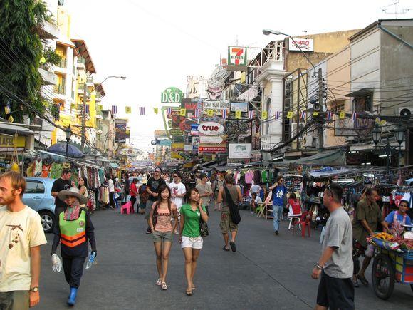 Khao San gatvėje už 15 Lt galima išsinuomoti vieną kambarį nakčiai.