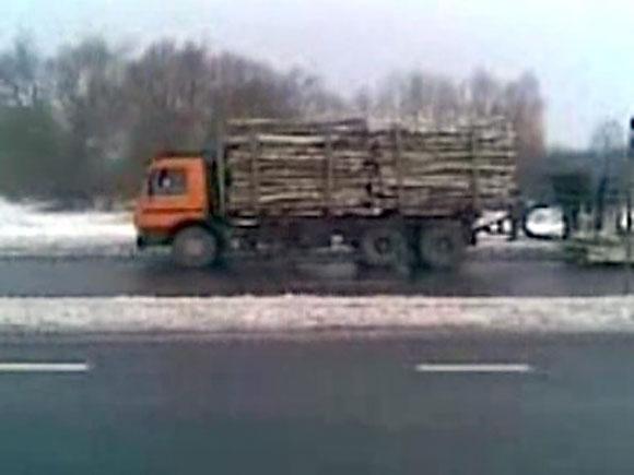 Sunkvežimis, tempęs priekabą su rąstais