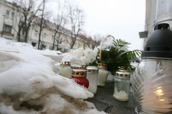 Studento nužudymo vietoje nepaliauja degti gedulo žvakės.
