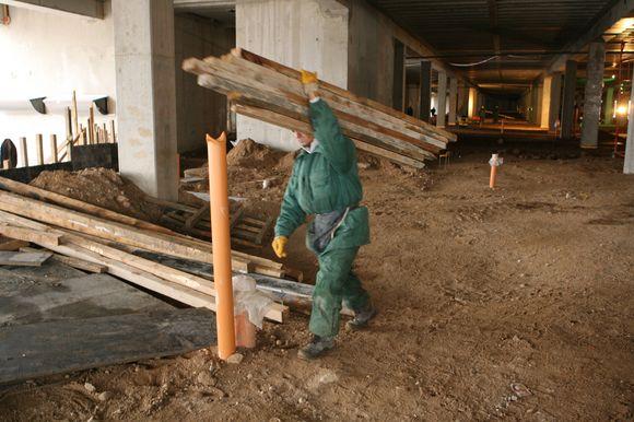 Sunkmečio prislėgti statybininkai ieško būdų išgyventi.