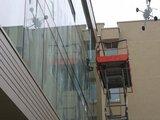 Irmanto Gelūno/15min.lt nuotr./Keičiami per sausio 16-osios riaušes išdaužyti Seimo langai