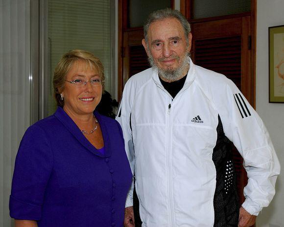 Anksčiau vasarį F.Castro ir Čilės prezidentės Michelle Bachelet nuotrauka.
