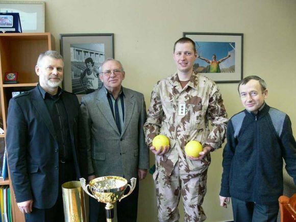 LLAF ir PAG susitikimo dalyviai su perduota taure ir sporto inventoriumi