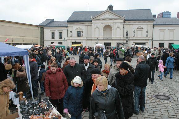 Kaziuko mugėje savo gaminius siūlė iš įvairių Lietuvos vietovių atvykę tautodailininkai.