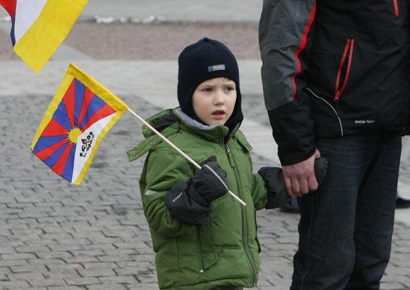 Vaikas su Tibeto vėliavėle