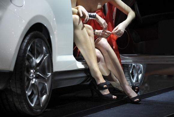 Tarptautinės Ženevos automobilių parodos puošmena - merginos