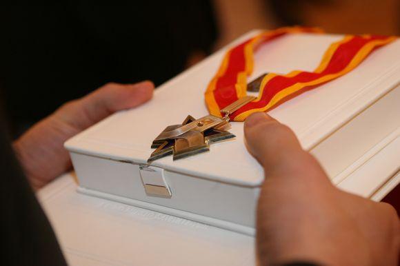 Tarp 168 Santakos garbės ženklais apdovanotų žmonių yra ne tik menininkų, visuomenės veikėjų, teisėsaugininkų bei sporto pasaulio atstovų, tačiau ir politikų bei verslininkų.