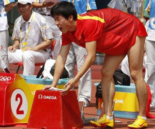 """AFP/""""Scanpix"""" nuotr./Liu Xiang trauma Pekino olimpinėse žaidynėse"""