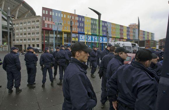Olandų policininkai evakuoja parduotuvių rajoną.