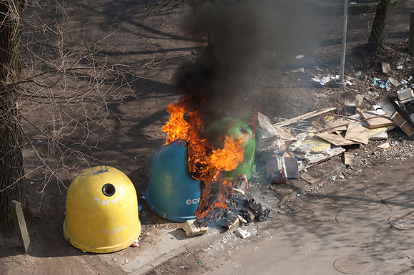 Dega šiukšlių konteineris