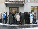 """Juliaus Kalinsko/""""15 minučių"""" nuotr./Atvežus naujas kolekcijas, prie geresniais dėvėtais rūbais prekiaujančių parduotuvių susidaro sovietmetį primenančios eilės."""