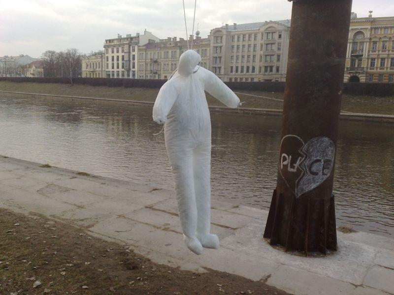 """Ant V.Urbanavičiaus skulptūros """"Krantinės arka"""" buvo užkabintas guminis pakaruoklis."""