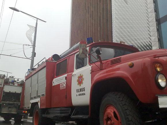 Ugniagesiai prie statomo banko