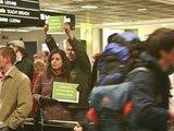 Aleksandro Černiako nuotr./Vėlyvą penktadienio vakarą būrys lietuvių lūkuriavo oro uoste, laukdami atvykstančių rinkimų.