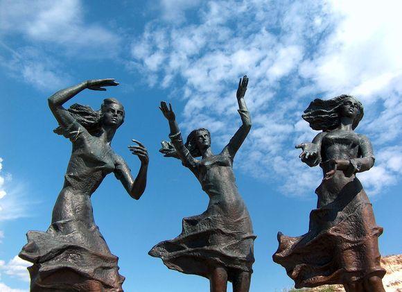 """Šventosios kopose esanti skulptūra """"Žvejo dukros"""""""