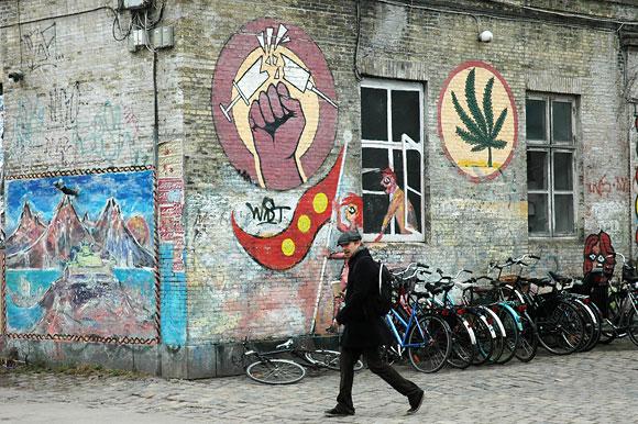 """Piešinys ant pastato sienos, demonstruojantis kristianitų poziją - jokių sunkių narkotikų, tegyvuoja """"žolė"""""""