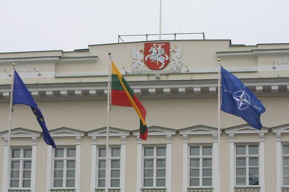 Lietuvos, Europos Sąjungos ir NATO vėliavų pakėlimas S.Daukanto aikštėje, minint Lietuvos įsijungimo į Šiaurės Atlanto Sutarties Organizaciją (NATO) 5-ąsias metines