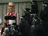 "AFP/""Scanpix"" nuotr./Pareigūnai saugo Lenkijos sirgalius."