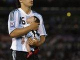 """""""Reuters""""/""""Scanpix"""" nuotr./Prieš rungtynes D.Maradonos žentas aikštėje nešiojo savo miegantį kūdikį."""